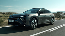 Citroën has unveiled its new flagship, C5 X, which breathes new life into the large car segment with an original design that combines a saloon and a station wagon, an innovative proposition in the purest tradition of great Citroën cars...